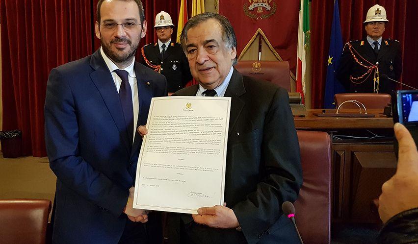 il sindaco Orlando consegna la cittadinanza onoraria a Borrometi