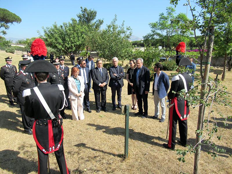 Il presidente della Commissione antimafia, Nicola Morra, in visita al Giardino della Memoria di Palermo si sofferma davanti all'albero dedicato al generale Dalla Chiesa
